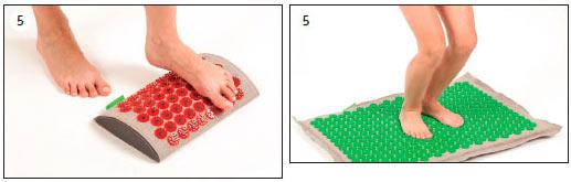 Аппликатор Кузнецова при плоскостопии - Берём валик начинаем обрабатывать свод стопы. Ставим на валик одну ногу, после этого другую. Повторяем упражнение несколько раз.